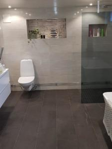 Efter: färdigt badrum med toalett, Klövervägen